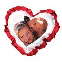Белая наволочка для сублимации в форме сердца с красными рюшами.